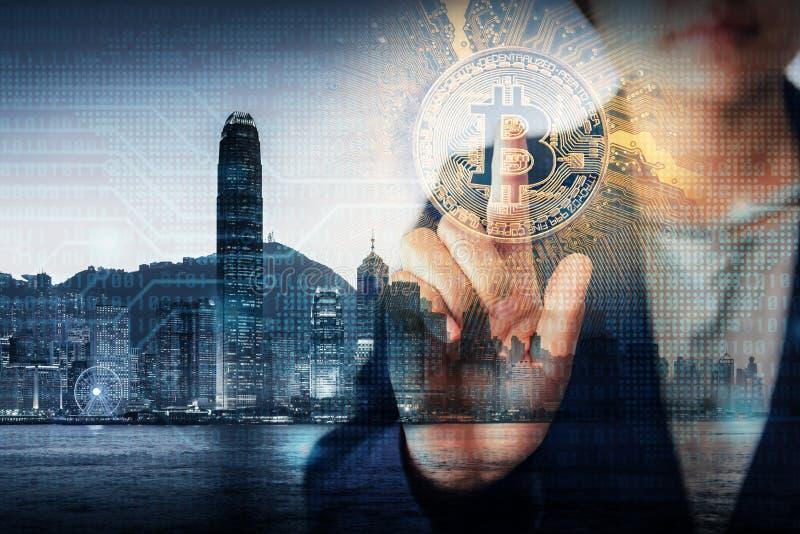 Het dubbele Concept Blootstellings van Bedrijfsfinanciën en Technologiecryptocurrency, Bedrijfsvrouwenhand drukt Bitcoin met Hong stock afbeeldingen