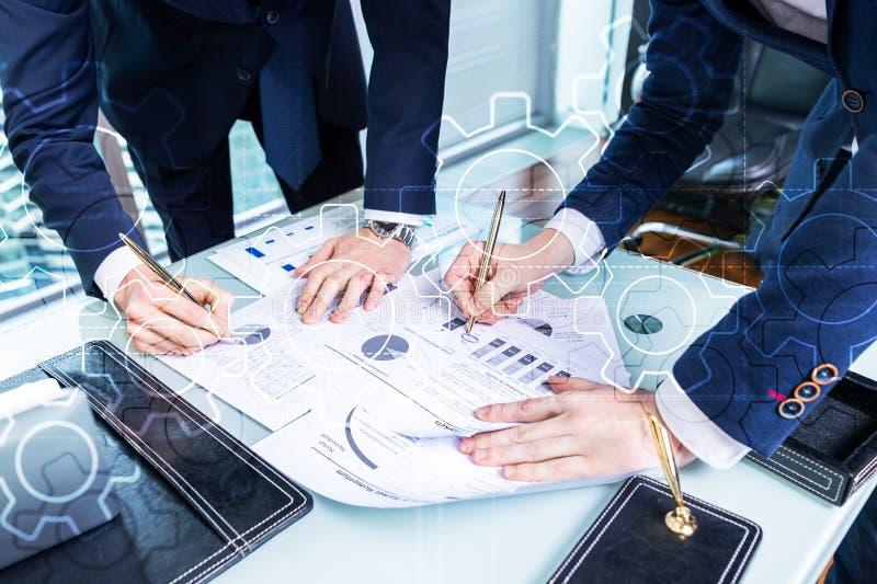 Het dubbele mechanisme van blootstellingstoestellen op vage achtergrond Bedrijfs en industrieel procesautomatiseringsconcept stock afbeelding