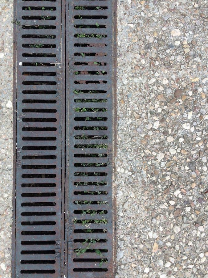Het dubbele stedelijke afvoerkanaal van de rioolrooster royalty-vrije stock fotografie
