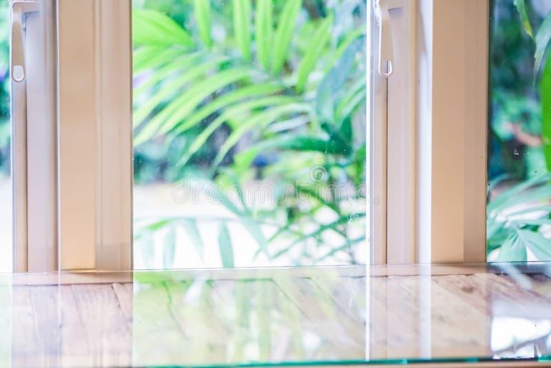 Het duidelijke glas van het huis de buitenkant is natuurlijk royalty-vrije stock foto's