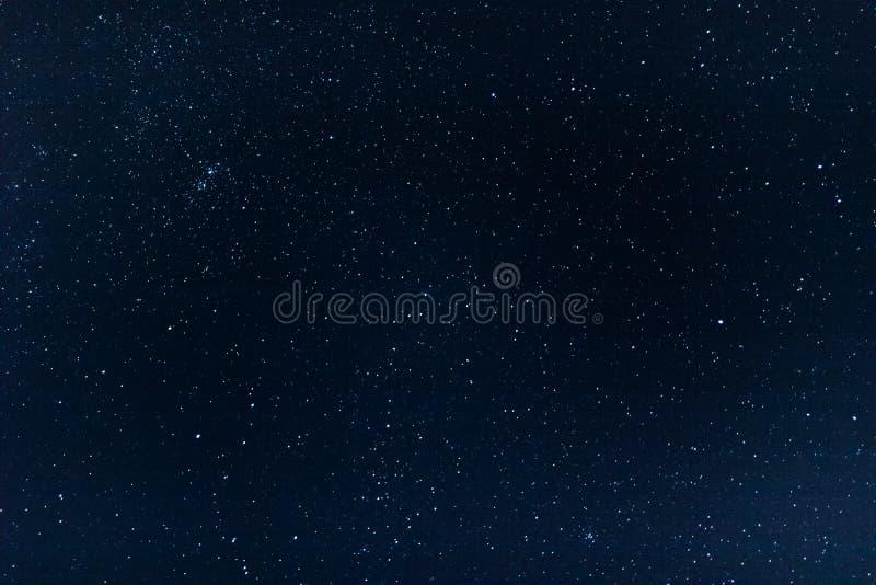 Het duidelijke hoogtepunt van de nachthemel van sterren stock foto