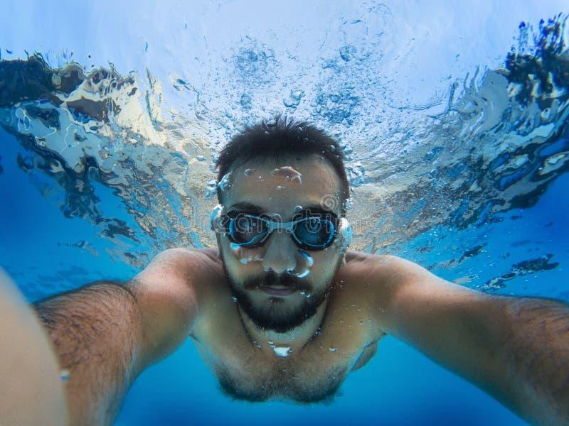 Het duiken aan de pool royalty-vrije stock fotografie