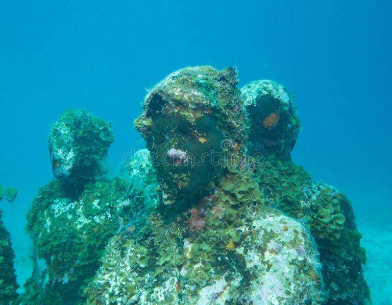 Het duiken bij het onderwatermuseum cancun stock afbeelding