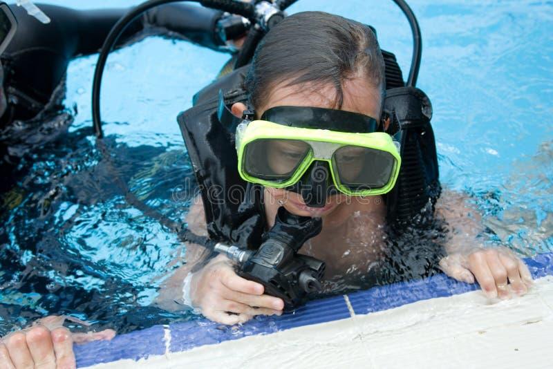Het duiken les in pool stock afbeelding