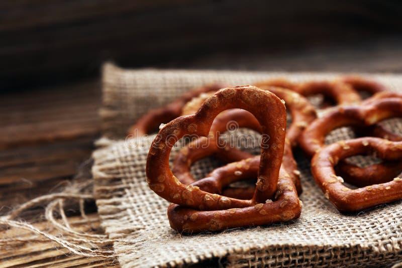 Het Duitse hart spaped pretzels met zout close-up op de lijst stock afbeeldingen