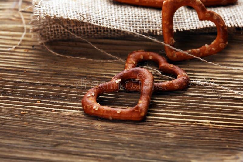 Het Duitse hart spaped pretzels met zout close-up op de lijst royalty-vrije stock afbeeldingen