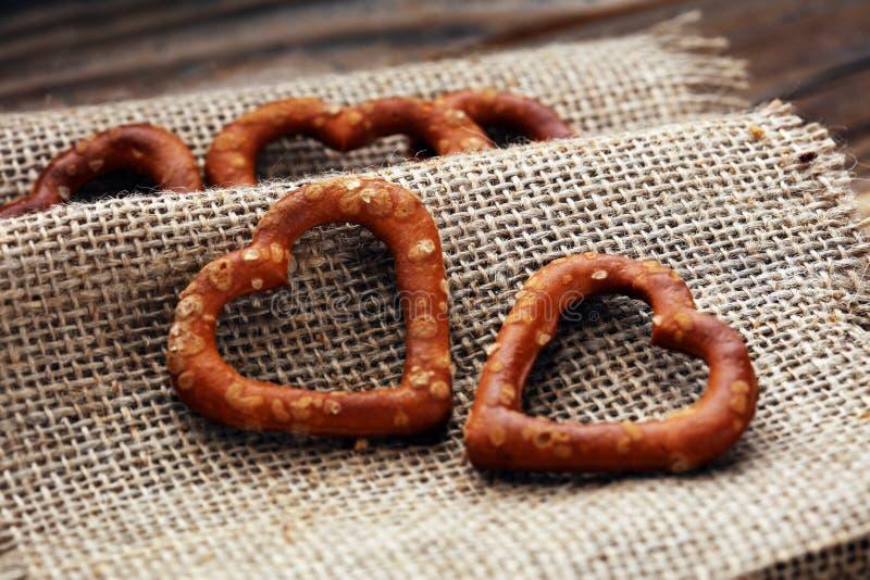 Het Duitse hart spaped pretzels met zout close-up op de lijst stock foto