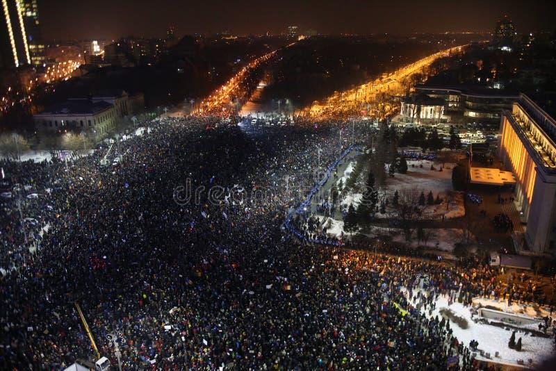 Het duizendenprotest als Roemenië ontspant corruptiewet royalty-vrije stock fotografie