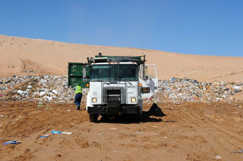 Het dumpende afval van de vrachtwagen royalty-vrije stock foto