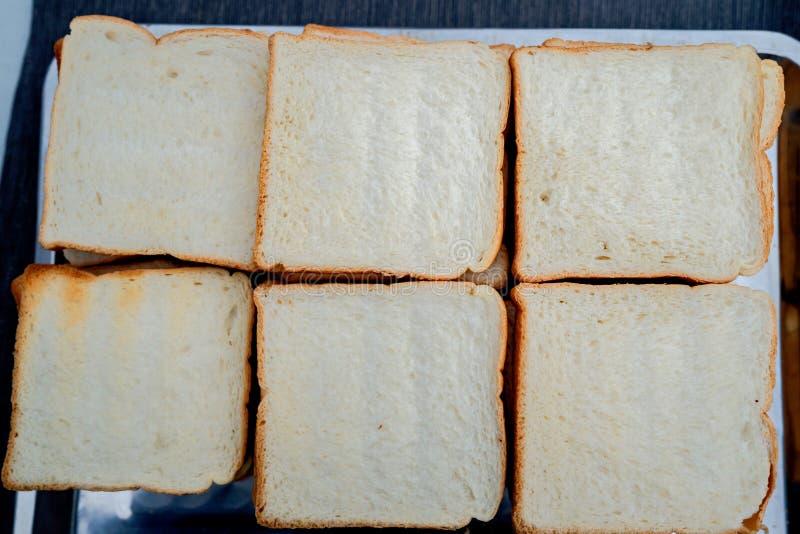Het dunne geroosterde witte brood wordt velen in dienbladen klaar geplaatst te eten stock afbeeldingen