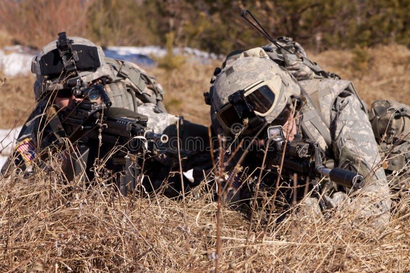 Het duo dat van militairen op brand wacht royalty-vrije stock foto