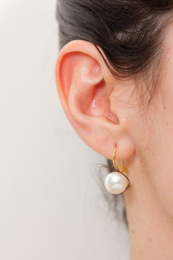 Het earing van de parel en een meisjesoor royalty-vrije stock foto