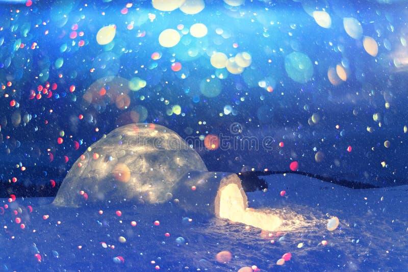Het echte huis van de sneeuwiglo in de de winter Karpatische bergen stock fotografie