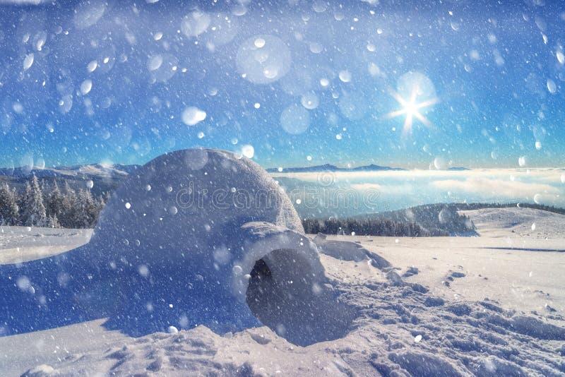 Het echte huis van de sneeuwiglo in de de winter Karpatische bergen royalty-vrije stock fotografie