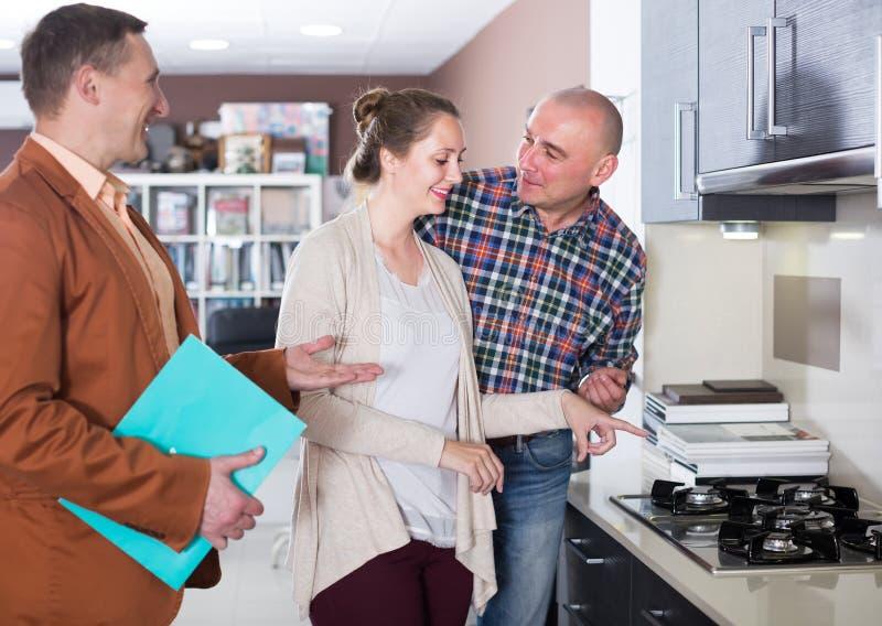 Het echtpaar kiest een modieuze keukenoppervlakte royalty-vrije stock afbeeldingen