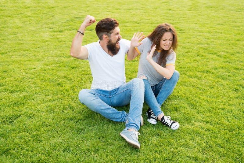 Het echtpaar krijgt niet samen met elkaar scheiding vrouw bang van haar agressieve vriend gebaarde mensenafstraffing stock fotografie