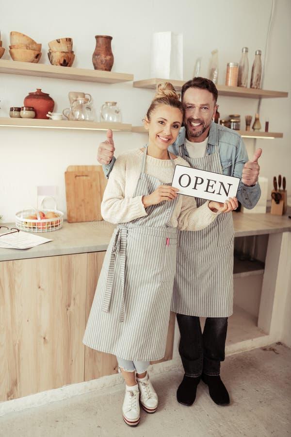 Het echtpaar opende enkel hun kleine onderneming stock afbeelding