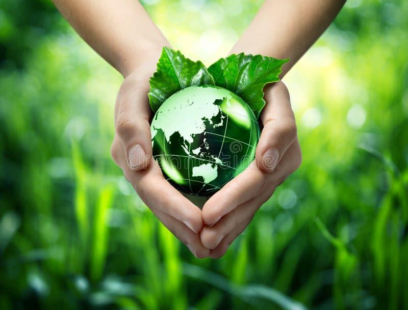 Het ecologische concept - bescherm groene wereld - oriënteert stock foto