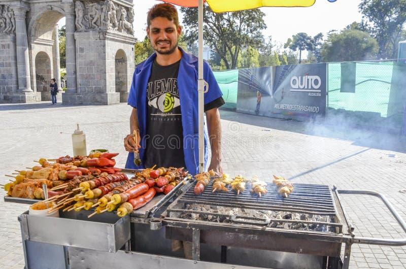Het Ecuatoriaanse barbecuing varkensvlees en de kip van de straatverkoper op de straat in het hisoric centrum van Quito, Ecuador royalty-vrije stock afbeelding