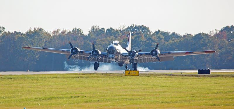 Het een B-17 bommenwerpersland op een baan met band rookt royalty-vrije stock afbeelding