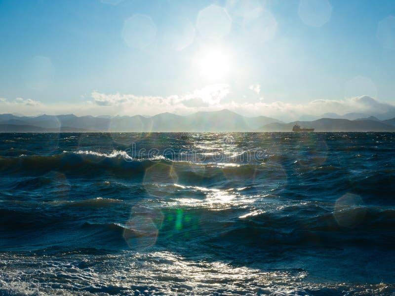 Het is een Vreedzame Oceaanbaai op de zuidoostelijke kust van het Schiereiland van Kamchatka stock afbeeldingen