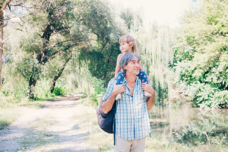 Het een weinig krullende meisje en haar vader zijn een dichte familie stock afbeelding