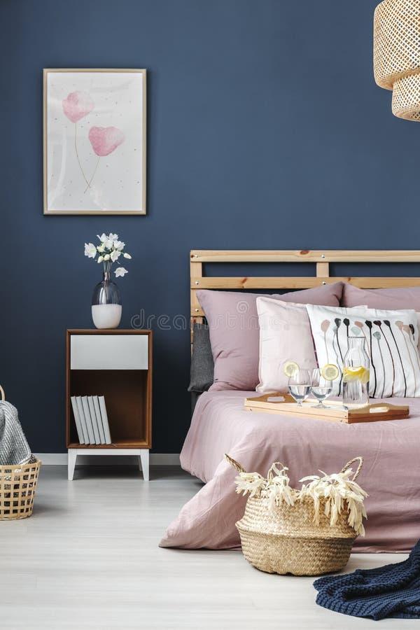 Het eenvoudige schilderen op blauwe muur royalty-vrije stock foto's