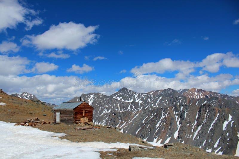 Het eenzame huis bovenop de bergen van Altay royalty-vrije stock afbeeldingen
