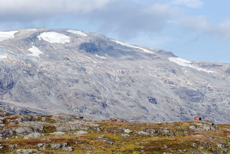 Het eenzame huis op berg in het landschapsschoonheid van Noorwegen stock afbeeldingen