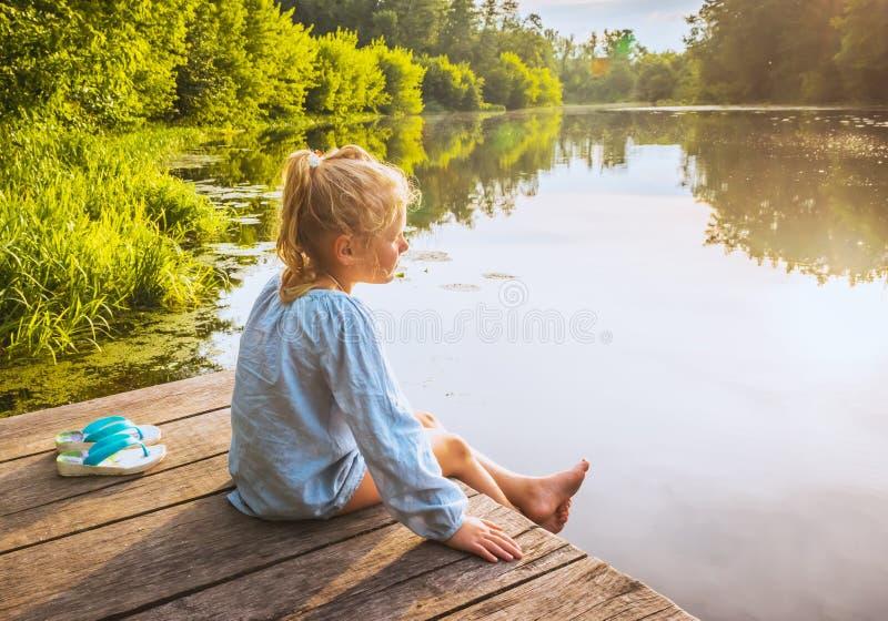 Het eenzame kleine meisje dromen stock afbeelding