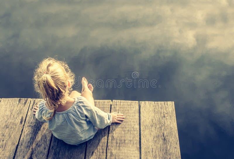 Het eenzame kleine meisje dromen stock foto