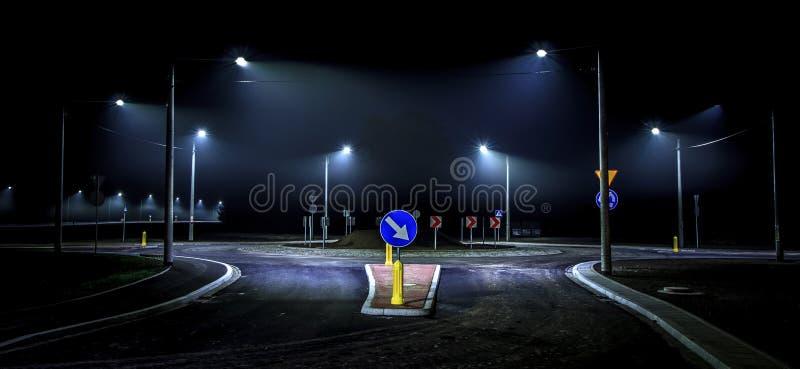 Het eenzame nacht drijven in de stad stock fotografie