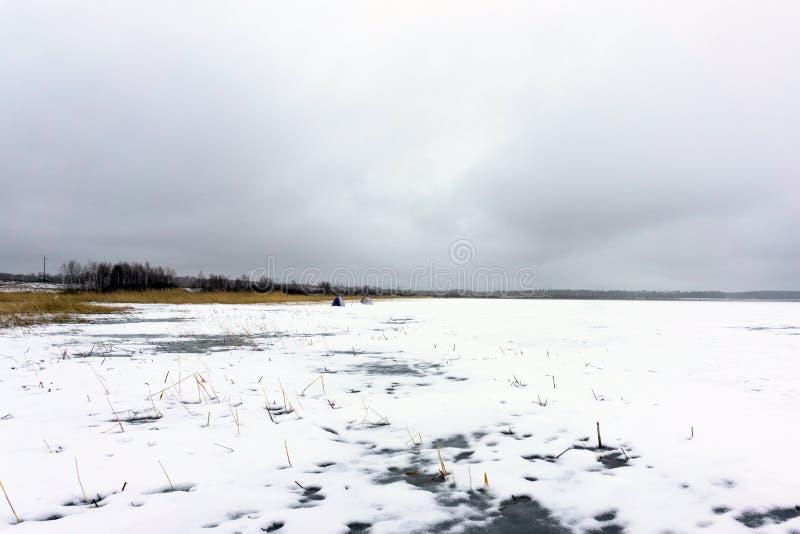 Het eerste landschap van de het meerwinter van de ijssneeuw stock fotografie