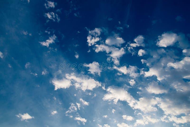 Het eeuwige thema vangt wolken met duizenden gezichten royalty-vrije stock afbeelding