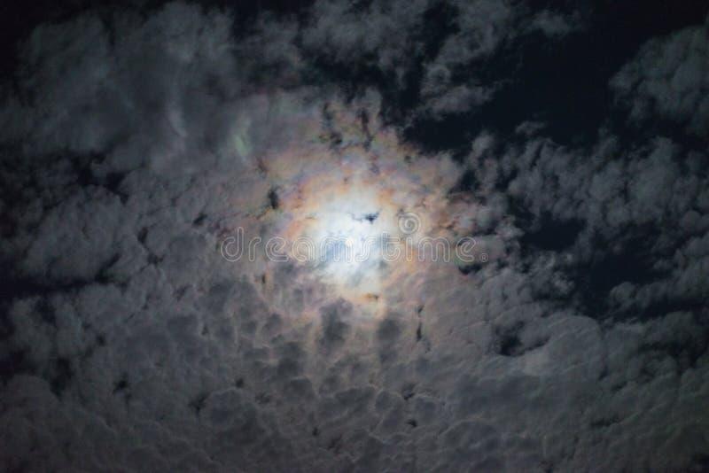 Het effect van de de wolkenhalo van de nachtvolle maan heldere de geheimzinnigheid van de wolkenhemel griezelige maanatmosfeer royalty-vrije stock foto
