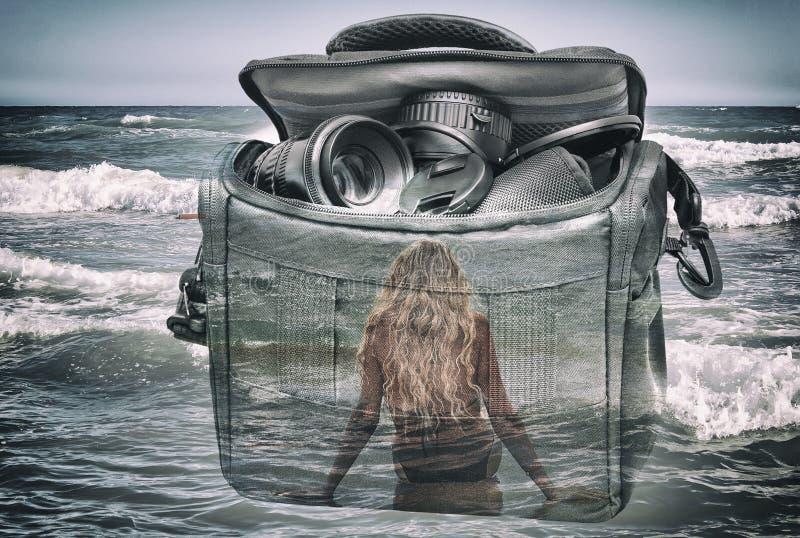 Het effect van dubbele blootstelling: de camera, het meisje en het overzees royalty-vrije illustratie