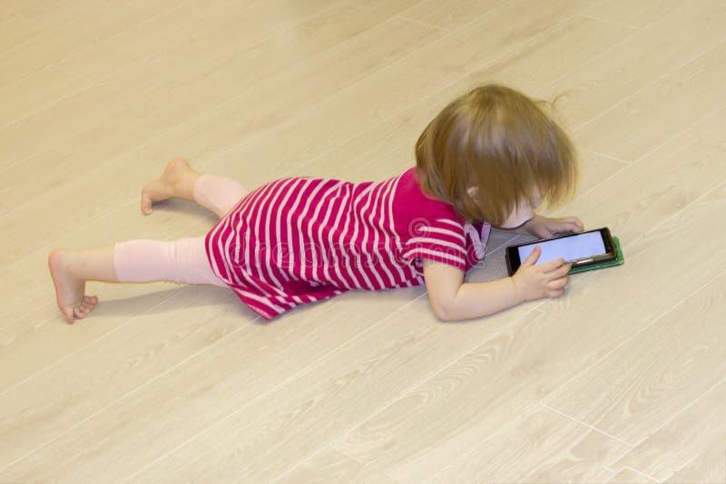 Het effect van het gebruik van moderne technologieën van smartphones, tabletten, Internet in de opvoeding in vroege kinderjaren stock afbeelding
