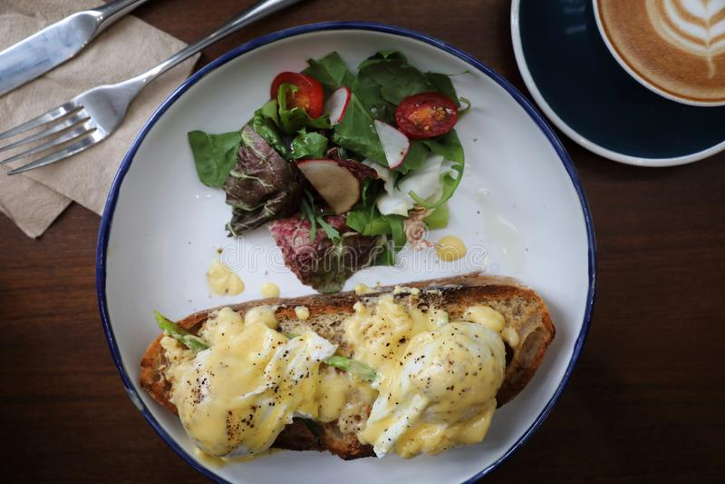 Het ei Benedict, stroopte eieren met toost en koffie, Engelse Ontbijt hoogste mening royalty-vrije stock foto