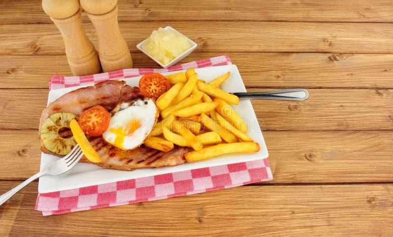 Het Ei en Chips Meal van Gammon stock afbeeldingen
