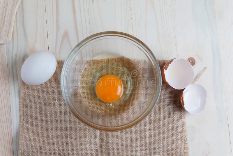 Download Het Ei Op Duidelijke Glaskom Over Houten Besnoeiingsraad Met Bakkerij Ingred Stock Foto - Afbeelding bestaande uit melk, cuisine: 114226494