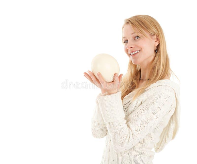 Het Ei van de Struisvogels van de holding van de vrouw stock fotografie