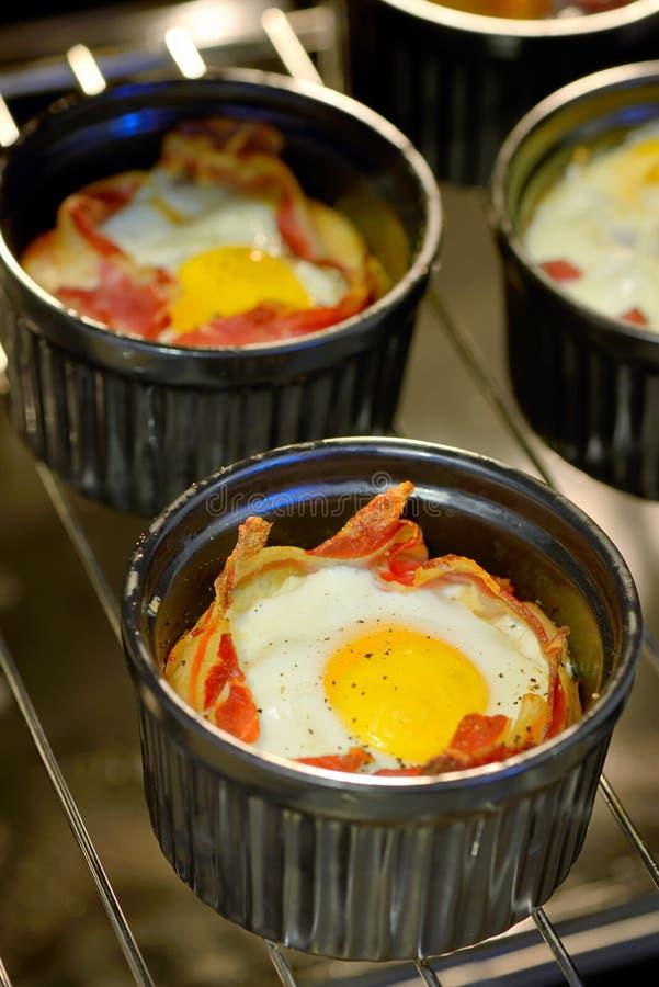 Het ei van ontbijtkoppen met bacon royalty-vrije stock afbeelding