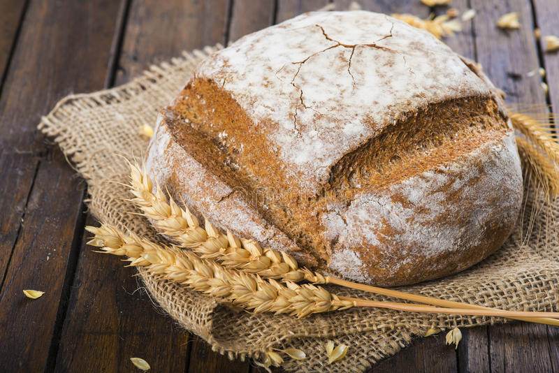 Het eigengemaakte brood van de multigrainzuurdesem stock foto's