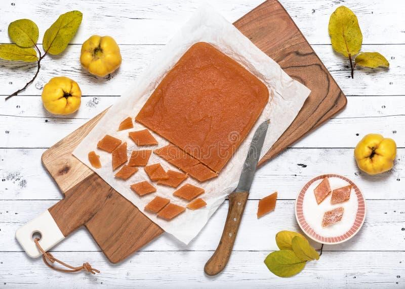 Het eigengemaakte die suikergoed van de kweepeergelei in suiker met een laag wordt bedekt royalty-vrije stock fotografie