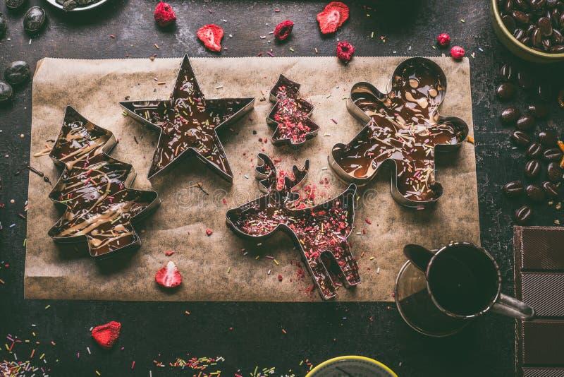 Het eigengemaakte Kerstmischocoladerepen maken Kerstmissnijders met diverse die bovenste laagjes en smaakstoffen met gesmolten ch stock foto