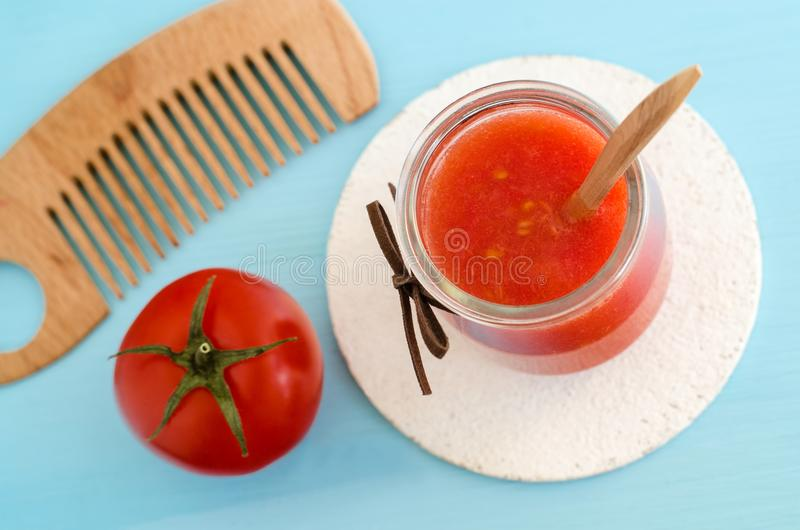 Het eigengemaakte masker van het tomatenhaar in een glaskruik Diyschoonheidsmiddelen stock afbeelding