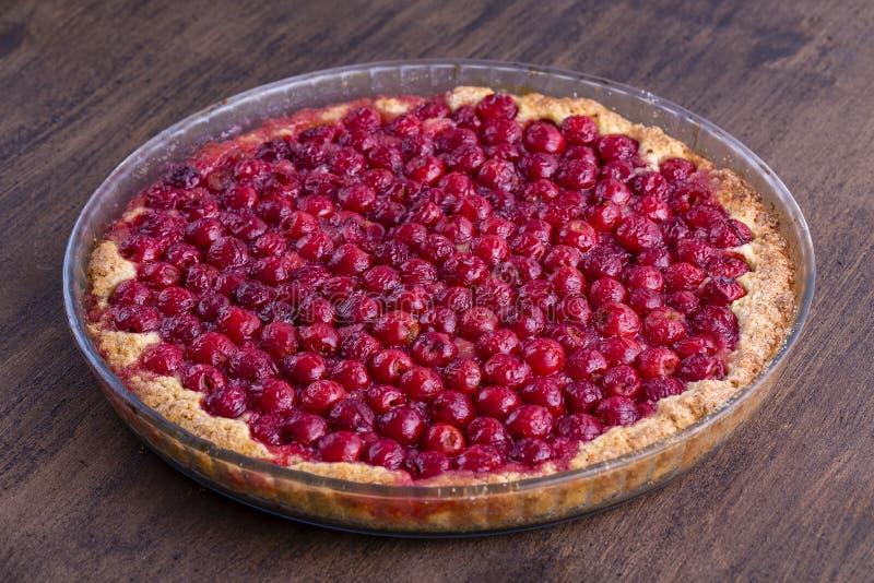 Het eigengemaakte organische dessert van de kersenpastei klaar te eten Cherry Tart royalty-vrije stock afbeelding