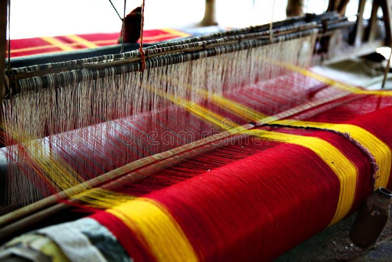 Het eigengemaakte Weven Gebruikt voor Traditioneel Houten Weefgetouw die een Bengaalse Saree maken stock foto's