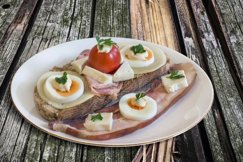 Het Eiham van de baconkaas en Tomatensandwich op Houten Achtergrond stock afbeeldingen