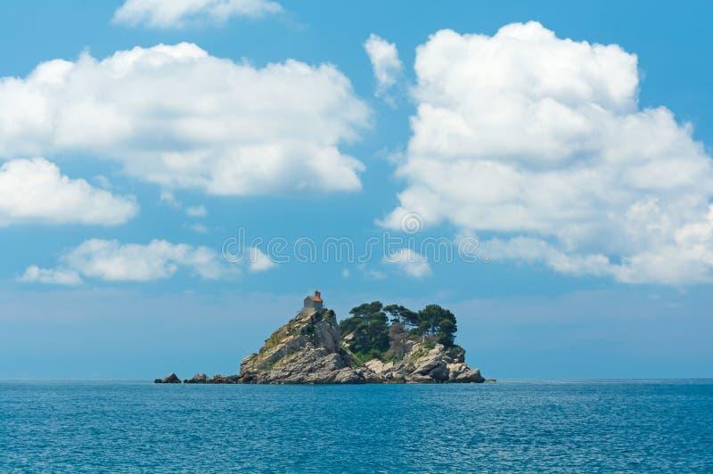 Het eiland in het overzees stock fotografie